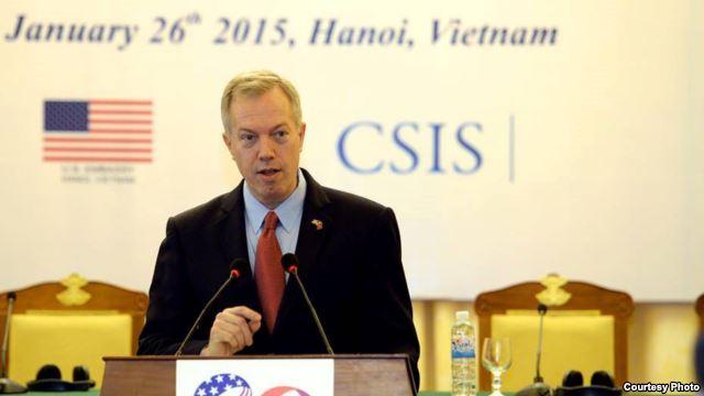Đại sứ Mỹ Ted Osius phát biểu tại hội nghị kỷ niệm 20 năm quan hệ Mỹ-Việt tại Hà Nội. Phía trước và bên cạnh là logo ghi dấu sự kiện (Ảnh: Sứ quán Mỹ tại Hà Nội).