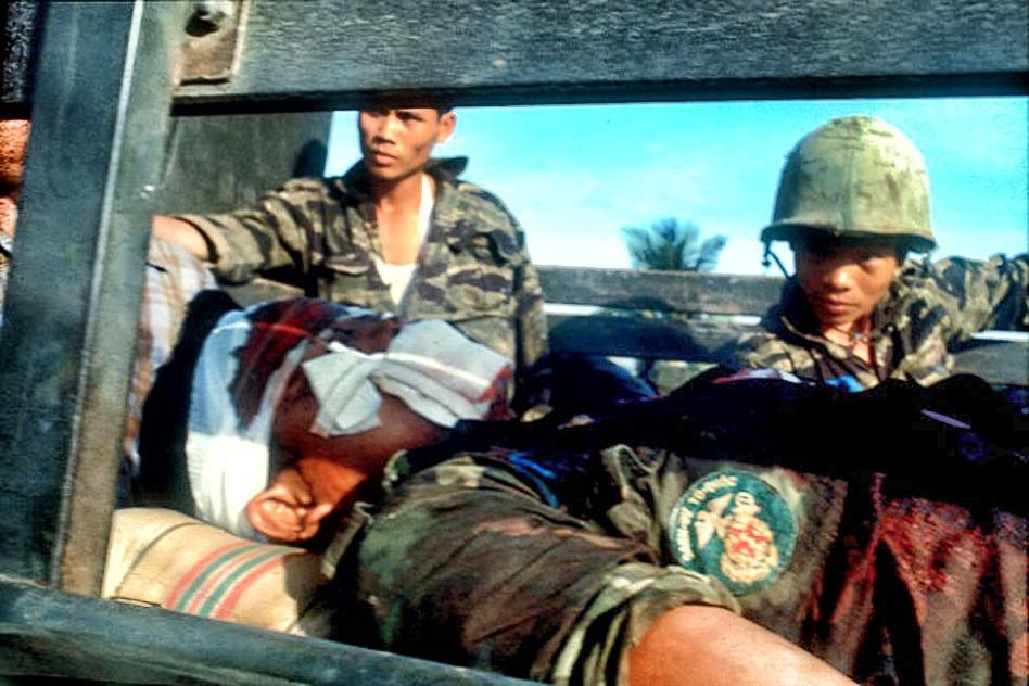 Danh dự -Tổ quốc: Một chiến sĩ Thủy quân lục chiến VNCH bị thương trong cuộc chiến đấu bảo vệ người dân Sài Gòn chúng trong cuộc tổng công kích Tết Mậu Thân 1968. Nguồn: Angelo Cozzi/Mondadori Portfolio via Getty Images
