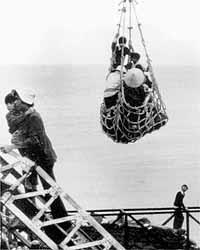 """Những người trốn chạy CS được """"cẩu """"lên tàu Mỹ"""