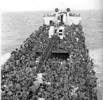 Tầu Hoa Kỳ chở người di tản ra khơi