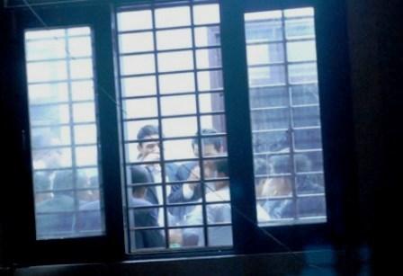 Hình ảnh các cán bộ đang nhậu ở hội trường UBND xã Quảng Thành được phóng viên chụp từ phía sau cửa sổ lúc 18h40