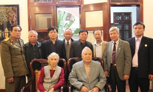 Ảnh: Hội CCB Tập đoàn Dầu Khí và Ban liên lạc Sư đoàn 5 chụp ảnh lưu niệm cùng Trung tướng Nguyễn Hòa và vợ (6)