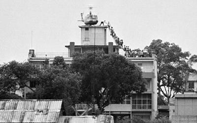 Hình chụp một cảnh trực thăng bốc người di tản khỏi Sài Gòn