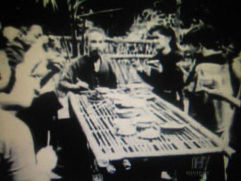 Hồ Chí Minh trong một bữa ăn tại Pắc bó – Cao Bằng