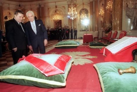 Tổng thống Cộng hoà Ba Lan lưu vong R. Kaczorowski trao quốc hiệu cho Tổng thống Lech Walesa - Ảnh: PAP