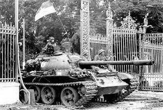 Xe tăng cộng sản ủi xập cổng dinh Độc Lập