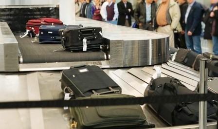 Hành khách gửi hành lý ở băng dây chuyền