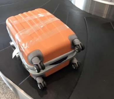 Một chiếc vali của hành khách bị móc trộm
