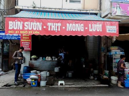 """Quán """"bún mắng"""" nổi tiếng tại phố Ngô Sĩ Liên- Hà Nội."""