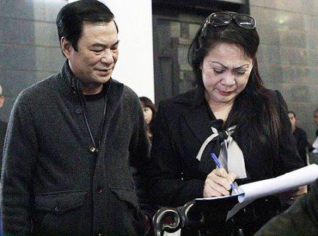 """Ông Khải Hưng vận động các nghệ sĩ cùng ký vào đơn xin danh hiệu NSƯT cho danh hài Văn Hiệp đã mất, được coi là làm chuyện """"bốc đồng"""" và """"bao đồng""""."""