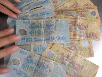 Tiền Polyme hiện nay là chỉ thay thế tiền coton của lần đổi thứ 3. Nó xấu và dễ bay màu khi bị dính nước.Tiền Polyme hiện nay là chỉ thay thế tiền coton của lần đổi thứ 3. Nó xấu và dễ bay màu khi bị dính nước.