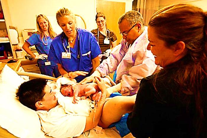 """""""Người đàn ông mang bầu đầu tiên trên thế giới sinh con"""""""