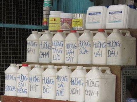 Đủ thứ hương liệu dởm toàn chất độc bày bán công khai ở chợ Kim Biên.
