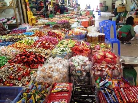 Bánh mứt kẹo  không nhãn mác, không nguồn gốc xuất xứ, không hạn sử dụng lại được bày bán tràn lan trên thị trường ở Hà Nội
