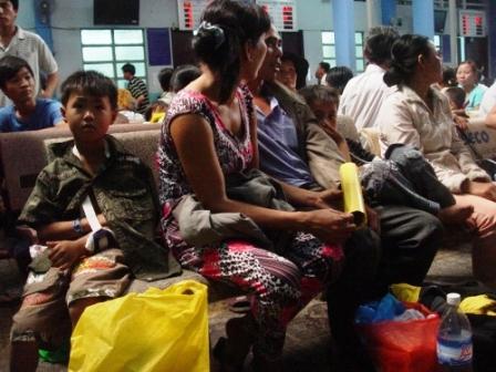Bệnh nhân chen chúc chờ đợi, các hành lang đều chật kín người-  Ảnh của PV Nam Anh báo Người Đưa Tin