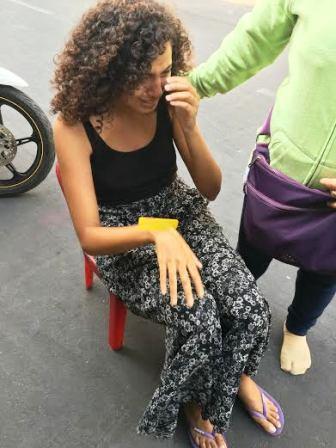 Nữ du khách khóc nức nở sau khi bị cướp giữa TP Saigon ngày 11-3 và đã được ông Thăng chỉ thị phải xin lỗi người khách này.