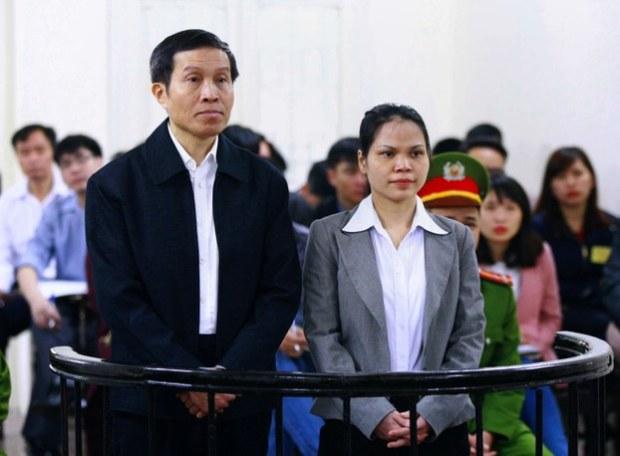 [Hình: Blogger Basàm Nguyễn Hữu Vinh và người cộng sự, bà Nguyễn Thị Minh Thủy,  tại Tòa án Nhân dân Hà Nội ngày 23 tháng 3 năm 2016. AFP photo]