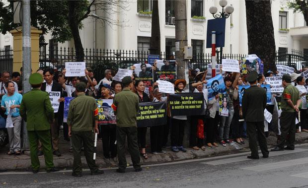 [Xem hình: Những người ủng hộ blogger Nguyễn Hữu Vinh đứng trước Tòa án Hà Nội ngày 23 tháng 3 năm 2016. AFP photo]