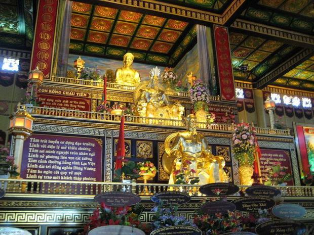 Trên cùng là Phật Tổ chính giữa là Hùng Vương và dưới cùng là Hồ Chí Minh.