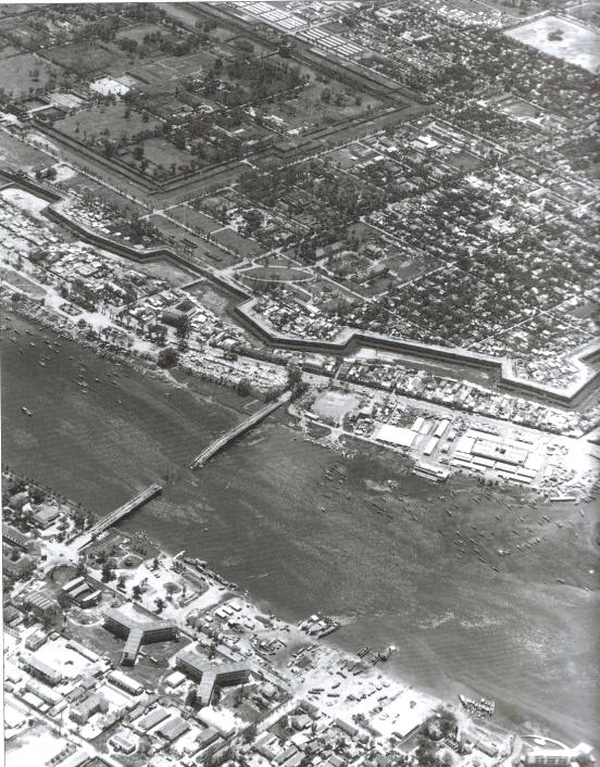 Cầu Trường Tiền bị CS đánh sập tối 7-2-1968. (Nguồn: Leo J. Daugherty - Gregory Louis Mattson, NAM, a Photographic History, New York: Metro Books, 2001, tr. 294.)