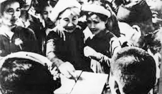 Cử tri ngoại thành Hà Nội bỏ phiếu bầu ĐBQH khóa I ngày 6-1-1946. Ảnh: TTXVN