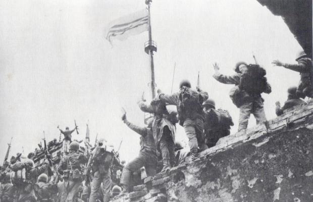 Chiến sĩ VNCH chào mừng Quốc kỳ tung bay trên Kỳ đài Huế ngày 23-2-1968 (Nguồn: Nhiều tác giả, The Vietnam Experience, Nineteen Sixty-Eight, Boston: 1983, tr. 37.)