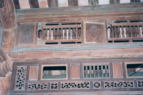 Bên trong ngôi nhà cổ làm bằng gỗ mít ròng với những chạm trổ tinh vi hiện vẫn còn lưu giữ