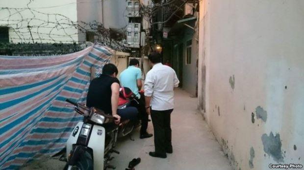 Ba trong số những kẻ bao vây nhà tôi từ chiều 9/5 đến sáng 10/5. Ảnh: Lê Anh Hùng.