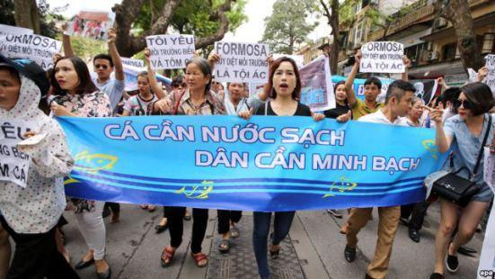 """Người dân Việt Nam xuống đường tuần hành với biểu ngữ """"Cá cần nước sạch, dân cần minh bạch"""" tại Hà Nội."""