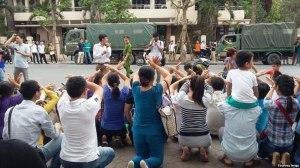 Người biểu tình tọa kháng trước Ủy ban Nhân dân Hà Nội, ngày 7 tháng 5 năm 2016.