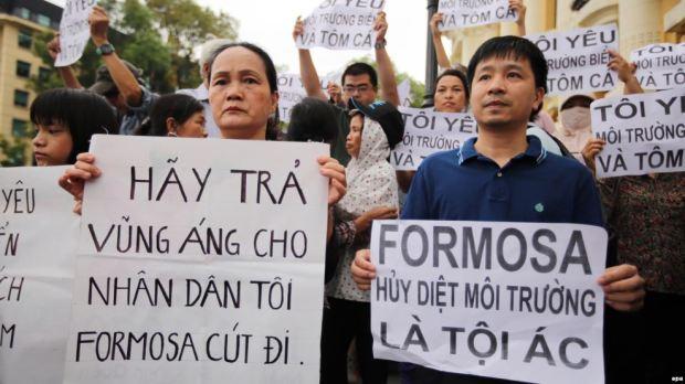 Người dân biểu tình vụ cá chết hàng loạt ở miền trung Việt Nam.