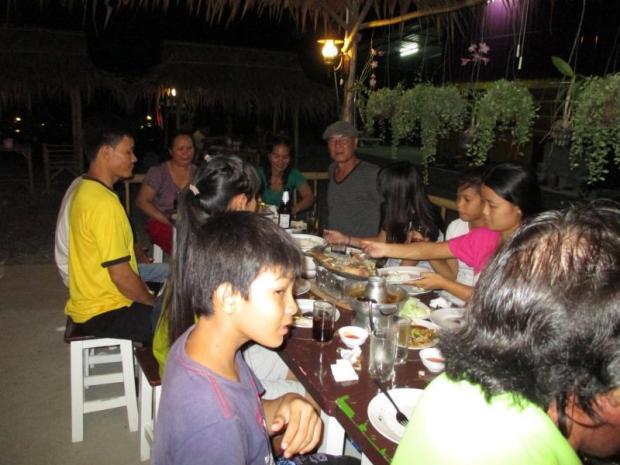 Gặp gỡ  và cụng ly ở Bangkok. Ảnh: Nguyễn Xuân Kim