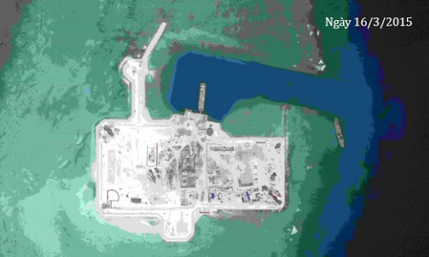 Diện tích phần đất nhân tạo trên bãi đá Châu Viên được mở rộng tới 119.711 m2, tính đến ngày 14/3. Những công trình xuất hiện tại đây gồm kênh tiếp cận, đê chắn sóng, bãi đáp trực thăng, các tòa nhà hỗ trợ, cơ sở quân sự, ăng ten liên lạc vệ tinh, radar. Ảnh: AMTI/Digital Globe.