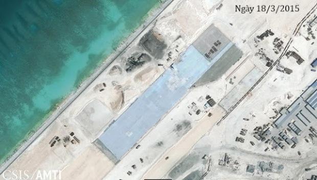 Đá Chữ Thập có diện tích 960.000 m2, tính đến ngày 21/10/2014. Ngoài đường băng, trên hòn đảo nhân tạo này còn có cảng biển đủ lớn để đón tàu tiếp tế, tàu chiến đấu cỡ lớn, nhiều nhà máy xi măng, cơ sở hỗ trợ, cầu cảng, súng phòng không, hệ thống chống người nhái, trang thiết bị liên lạc, nhà kính, bãi đáp trực thăng. Ảnh: CSIS/AMTI.