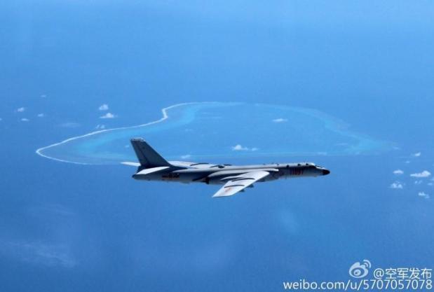 Máy bay ném bom hiện đại nhất Trung Quốc H-6K bay qua bãi cạn Scarborough