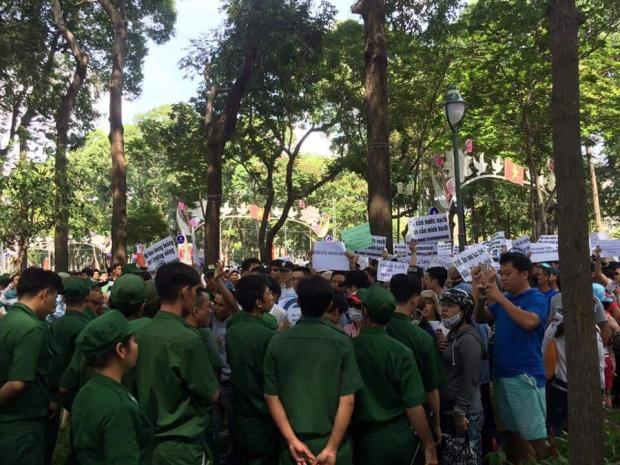 Một góc nhỏ biểu tình của người dân.